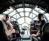 Le pilote Bill Goeken et Michel Fréchette, seul Canadien à faire partie de l'équipage dans le cockpit de FIFI.