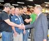 Le PDG de VIA Rail, Yves Desjardins-Siciliano (à droite), en visite à l'usine de Bombardier à La Pocatière en avril.