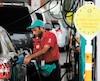 Un pompiste faisait le plein d'essence dans une station-service de Dubai, lundi. Les tensions politiques dans cette région du monde sont à l'origine de la soudaine augmentation des cours du pétrole.
