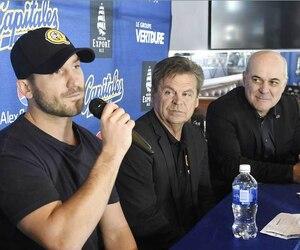 Bob Bissonnette (à gauche) lors de la conférence de presse en février dernier officialisant un nouveau partenariat d'affaires à la tête des Capitales.