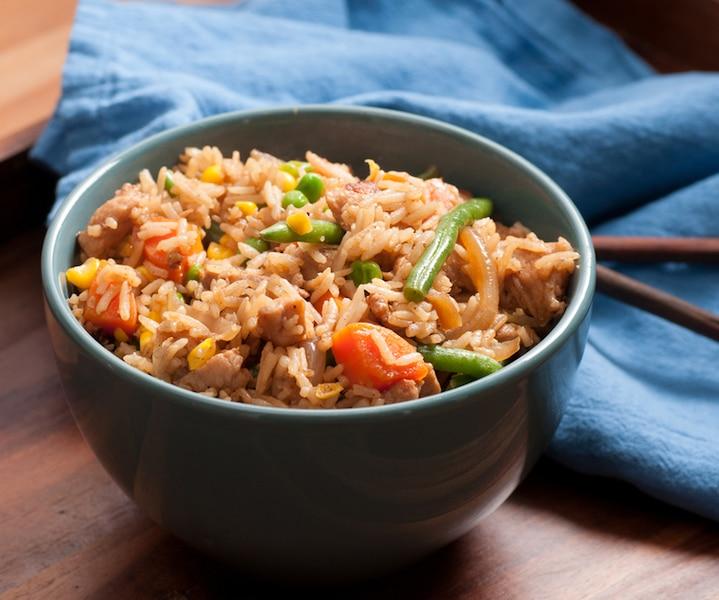 Riz frit au poulet et aux légumes
