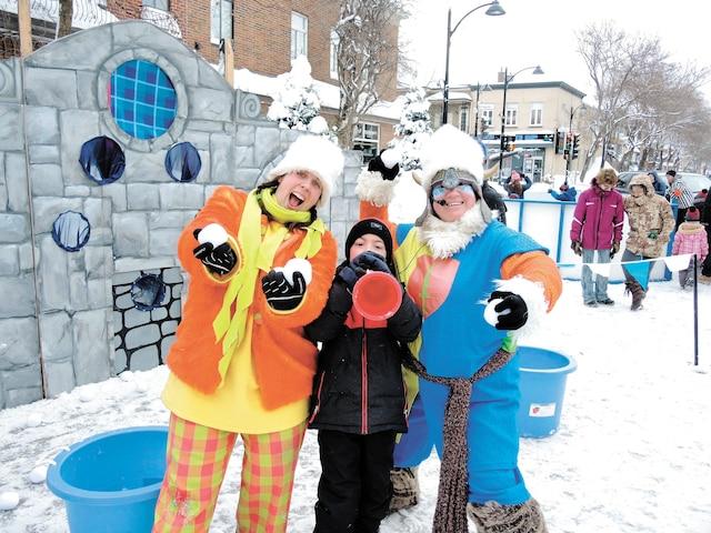 Jérémy, sept ans, avait l'esprit à la fête à la place Limouloise, hier. Il participait à une bataille de boules de neige avec ces deux animatrices.