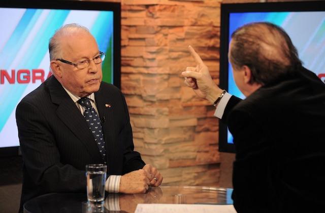 Bernard Landry était de passage a l'émission de Jean-Luc Mongrain dans les studios de TVA à Montréal, le 24 janvier 2012. Sur la photo, Bernard Landry et Jean-Luc Mongrain.