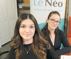 Valérie Boyer (gauche), Pascale Rodrigue (centre) et Gabriel Amyot (droite), de l'organisme LeNéo, remarquent que la réalité des transgenres est absente des canevas du programme d'éducation sexuelle pour les élèves du secondaire.
