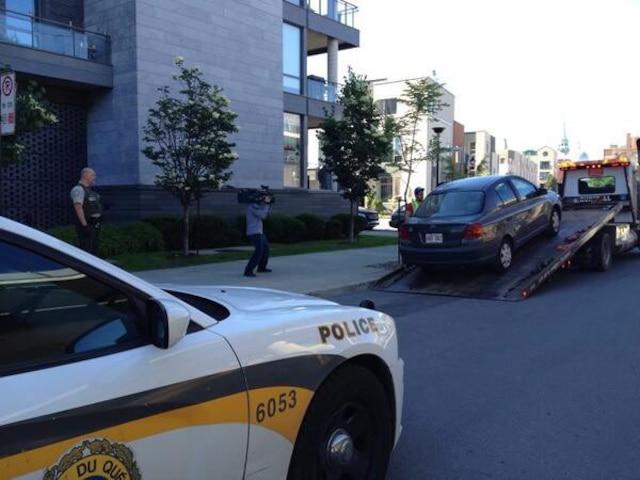 La voiture d'un complice, qui était garée à proximité de l'immeuble, a été saisie par les policiers. photos d'Archives