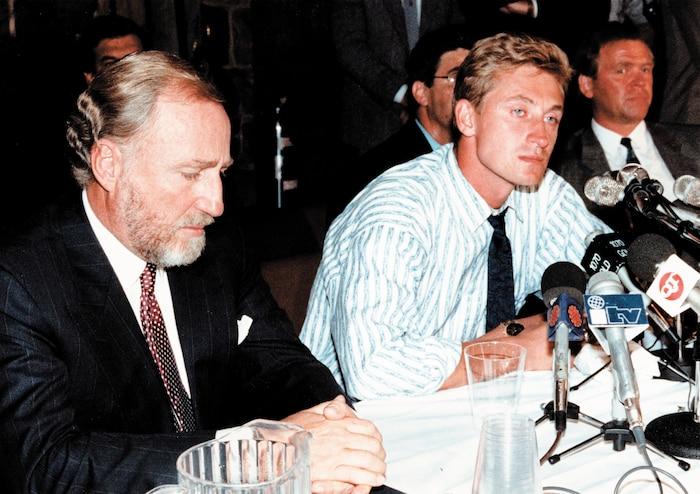 Peter Pocklington, le grand manitou des Oilers, et Wayne Gretzky avaient la mine basse au moment de l'annonce de l'échange.