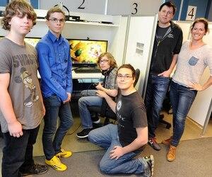 Pierre-Luc Vachon et Andrée-Anne Boisvert, employés chez Ubisoft, encadrent cette année des élèves de l'école secondaire Joseph-François-Perrault afin qu'ils créent un jeu vidéo d'ici la fin de l'année scolaire.