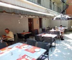 La terrasse du Comptoir Lyonnais, située tout près du circuit de la Formule E, est restée vide une bonne partie de la journée du samedi.