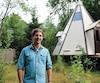 Serge Beaudette devant sa mini-maison de Waterville, mardi, qu'il devra démolir.