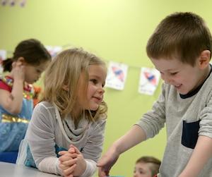 Thomas, 5 ans, allergique à une quinzaine d'aliments, est en compagnie de sa petite amie Ellie, à la garderie.