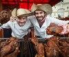 Fred Veilleux et Laurence Verreault préparent avec soin des pilons de dinde géants.