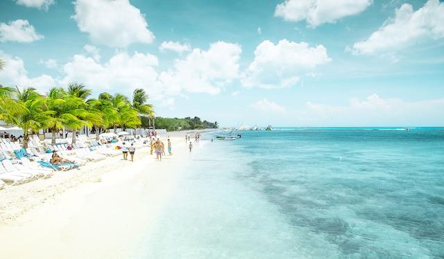 Au large de la péninsule de Yucatan, au  Mexique, l'île de Cozumel est  reconnue  pour ses plages et ses sites de plongée.