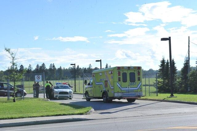 Un homme armé d'une machette a été tué par balle par un policier dans le stationnement du poste de la Sûreté du Québec à Pont-Rouge, près de Québec, a annoncé le Bureau des enquêtes indépendantes.