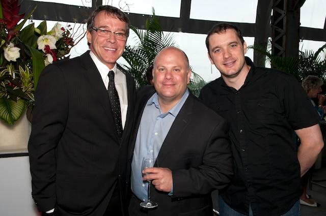Le vice-président Ventes du Journal de Québec, Pierre Villeneuve, est accompagné de l'Agence Tam-Tam, Yvon Gosselin et Olivier Gilbert.