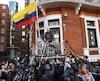 C'est du balcon de l'ambassade de l'Équateur à Londres que Julian Assange a fait part de ses réactions aux médias à propos de l'abandon de la poursuite pour viol dont il faisait l'objet en Suède.