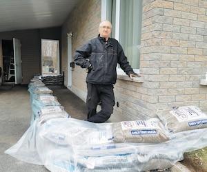 Michel Côté a barricadé une partie de sa résidence avec du sable depuis quelques jours, tout comme des centaines de riverains de Saint-Jean-sur-Richelieu.
