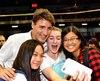 Loin d'être pressé, le premier ministre a passé près de 45 minutes à serrer des mains, mais surtout à prendre des «selfies» avec tous ceux qui le désiraient.
