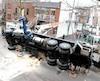 Un camion-flèche a basculé sur le côté mercredi à Montréal. Selon l'Union des opérateurs grutiers, la personne aux commandes n'avait pas de formation.
