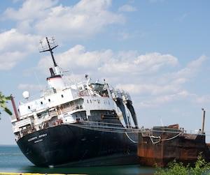 Le navire abandonné dans les eaux du lac Saint-Louis, à Beauharnois, s'incline depuis une dizaine de jours en raison du bas niveau de l'eau.