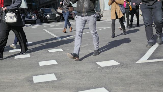 Des piétons utilisant le passage en diagonale à l'angle des rues McGill et Saint-Jacques