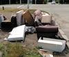Des matelas, sofas et têtes de lit ont été abandonnés à proximité d'une boîte de dons sur un terrain près du boulevard Maloney à Gatineau.