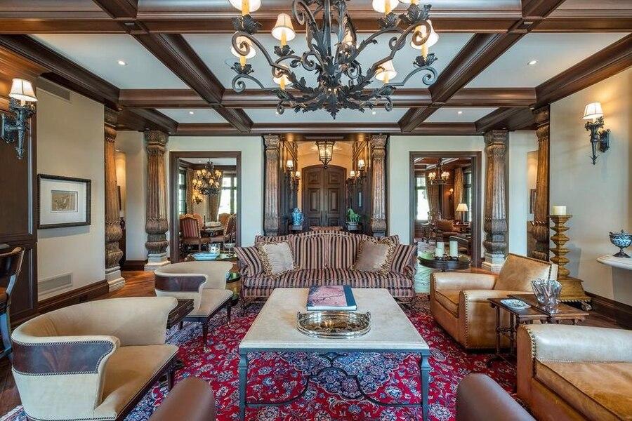Les intérieurs, dont ce salon, sont de style européen avec une influence québécoise.