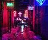 Une mystérieuse allée dans le Vieux-Montréal décorée d'une dizaine de néons, située à côté du bar-restaurant le Flyjin, est rapidement devenue virale sur les réseaux sociaux.