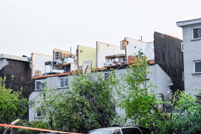 Ces dégâts, toiture arrachée et murs tombés, sont associés à une tornade de catégorie EF2.