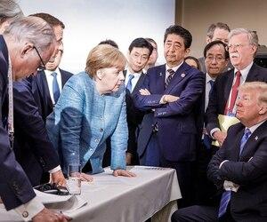 La chancelière allemande Angela Merkel (à gauche), le premier ministre japonais Shinzo Abe (les bras croisés) et le président Donald Trump, samedi, à La Malbaie.