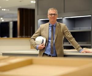 Le président de la Maison Simons, Peter Simons, cherche de nouveaux capitaux pour construire un centre de distribution hautement robotisé de 150 M$.