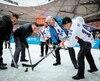 Venu rencontrer les participants d'un match de hockey amical opposant le Québec et la Chine, le premier ministre Philippe Couillard a participé à quelques tirs de pratique avec les jeunes joueurs.