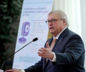 En vertu de l'entente conclue avec leur fédération, les médecins spécialistes qui n'ont pas atteint les objectifs de la loi 20 ne feront pas face à des sanctions, confirme Gaétan Barrette.