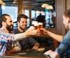 Aller seul au bar est une bonne façon de faire des rencontres.