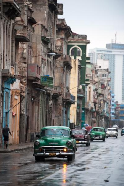 Les rues humides du quartier Dragones après une forte pluie.