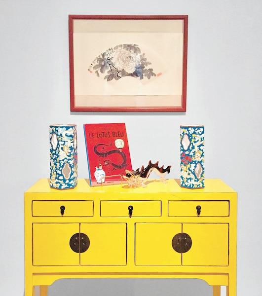 <b><i>Nous sommes tous des brigands</i> - 2017<br/>Vue d'installation</b><br/>Avec ironie et humour, les installations et sculptures de Tam reproduisent les antiquités, ornements et intérieurs typiques de restaurants chinois, de bars à karaoké, de fumeries d'opium ou encore de magasins de curiosités. Œuvre de Karen Tam. Représentée par la Galerie Hugues Charbonneau (Montréal)