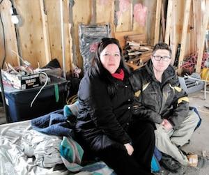 Anne-Marie Forget et son gendre Alexandre Casavant sont assis sur le lit de camp où il dort depuis quatre nuits.
