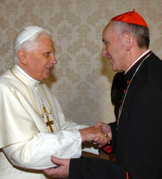 Le pape Benoît XVI félicite l'archevêque de Buenos Aires, l'ex-cardinal Jorge Mario Bergoglio élu 266e pape de Rome.