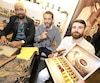 Maxime Bellemare (à droite), propriétaire des salons de barbier KRWN à Québec, et Peter Bello (au centre), à la tête du fabricant cubain Bello Cigars, se sont associés pour créer la marque de cigares Xebec Cigares.