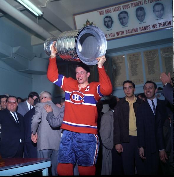 Jean Béliveau soulève la coupe Stanley à titre de capitaine pour la première fois en 1965.