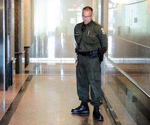 Un policier de la Sûreté du Québec faisait le pied de grue lors de la perquisition de Revenu Québec en août2016 au siège social de Shockbeton et Saramac, des entreprises de la famille de l'ancien argentier libéral Marc Bibeau.