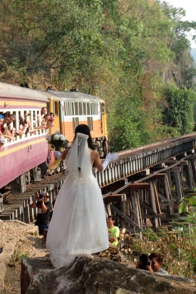Une nouvelle Marie salue les  passagers du train franchissant un  des nombreux ponts de bois pas trop rassurants, au nord de la Thaïlande.