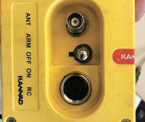 C'est une balise de détresse comme celle-ci qui était installée dans l'hélico. L'interrupteur au centre peut être dans trois positions: à ON, l'émetteur émet alors un signal d'urgence ; à OFF, rien ne fonctionne ; à ARM, le ELT est prêt à se déclencher en cas de choc latéral ou horizontal. Lorsqu'un aéronef est en vol, il doit être à ARM.