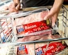 Depuis le début de cette année, le prix des flancs de porc, qui servent à produire le bacon, est passé de 5$ à 8$ le kilo. Et ce, sans compter la marge de profits prise par les détaillants.