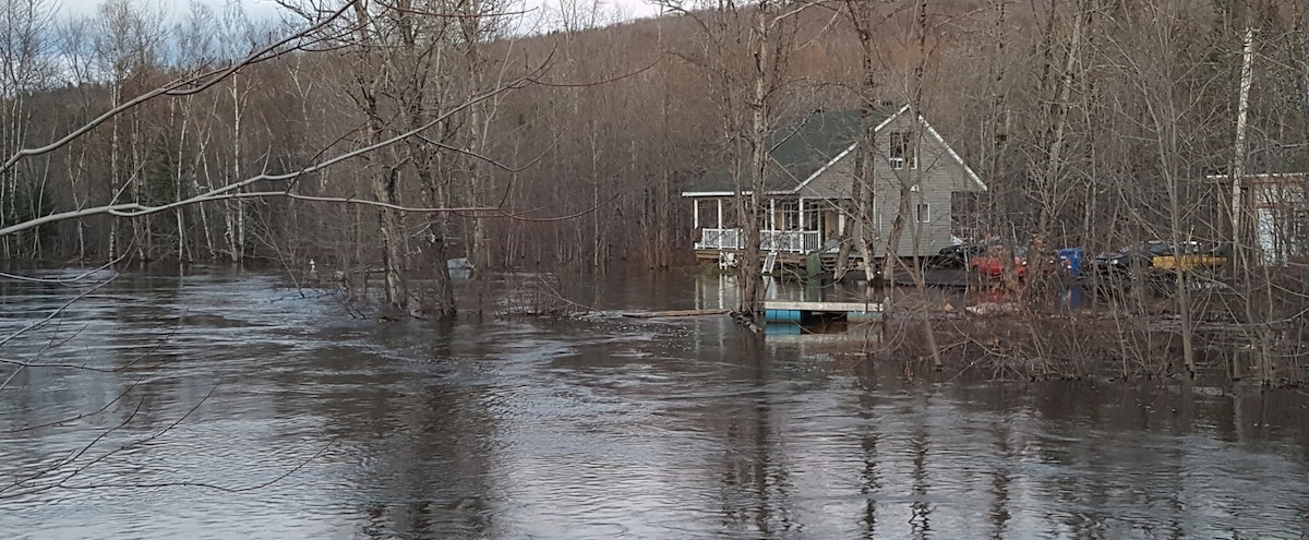 La rivière Saint-Charles déborde, plusieurs résidences évacuées