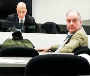 Hans Black s'est retourné durant l'assemblée pour regarder l'avocat Marc-André Blain qui représente des créanciers allemands. Il a aussi aperçu le journaliste de notre Bureau d'enquête qu'il a tenté d'exclure de la salle. Les créanciers ont dit n'avoir aucune objection à la présence du journaliste.