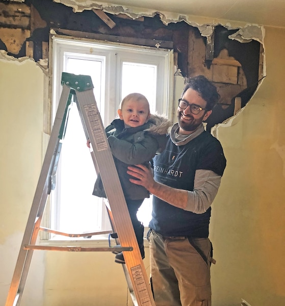 Pas facile de travailler avec un bébé sur le chantier!
