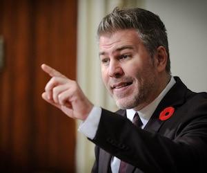 Le Parti libéral du Québec est une formation politique «sous influence», affirme le leader parlementaire péquiste Pascal Bérubé.