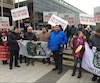 Plusieurs membres de la communauté algonquine de l'Abitibi ont manifesté à Québec mardi matin lors du congrès Québec Mines. Ils dénoncent les agissements de la minière Canadian Malartic.