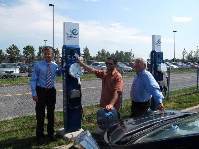 Pierre-Luc Desgagné, directeur principal à la planification stratégique d'Hydro-Québec et Paul Côté, PDG de l'AMT avec Guillaume Boudreault, propriétaire d'un véhicule électrique