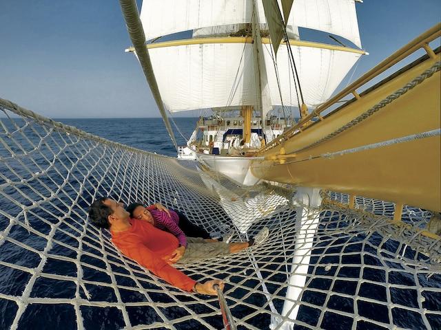 Le filet tendu au-dessus de la mer est un endroit populaire à bord du voilier.